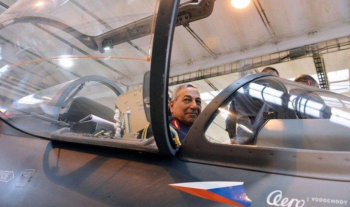 Zástupce velitele iráckých vzdušných sil Faris Hassan Al Zireg Falah si prohlédl v Aeru Vodochody halu montáží letadel L-159.