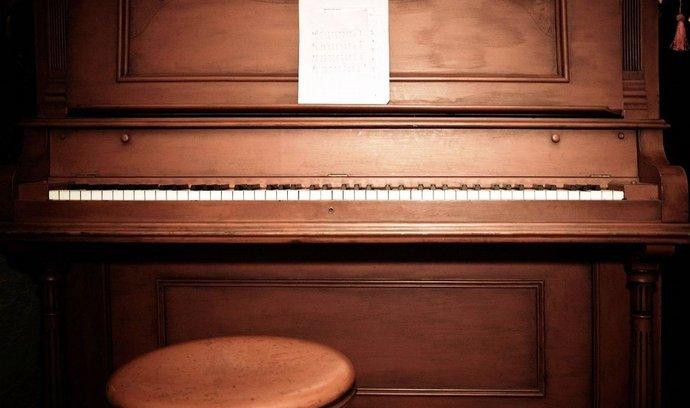 zátiší s pianem, ilustrační foto