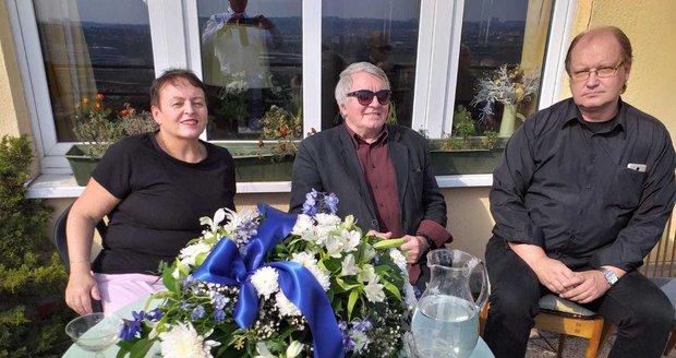 Rozloučení se Zdenkou Procházkovou: Podnikatelka Magda Pietrasová, baletní mistr Vlastimil Harapes a jeho přítel Jan