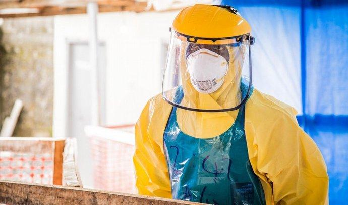 Zdravotník v ochranném oděvu v Sierra Leone