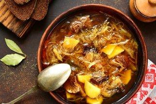 Nejlepší zelňačka: Recept na klasiku a tipy, jak ji vylepšit pomocí papriky nebo tofu!