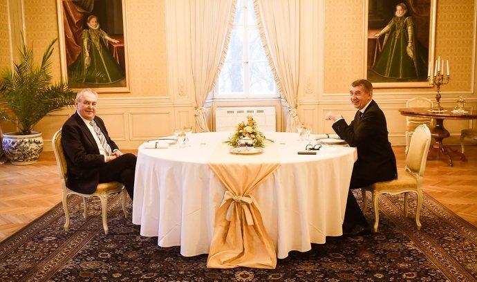 V Česku máme na rozdíl od Slovenska kromě tajného vyjednávání o dodávkách Sputniku totéž i s vakcínou z Číny, a navíc se na něm podílí premiér Babiš s prezidentem Zemanem, upozorňuje komentátor Robert Malecký.
