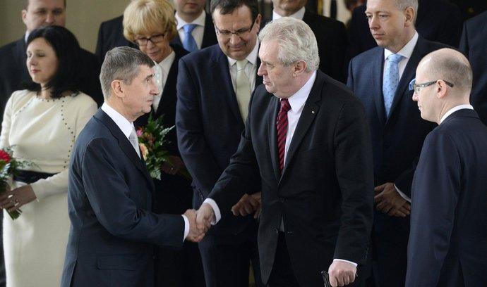 Prezident Miloš Zeman (uprostřed) se zdraví s ministry, poté co jmenoval 29. ledna 2014 na Pražském hradě členy nové vlády