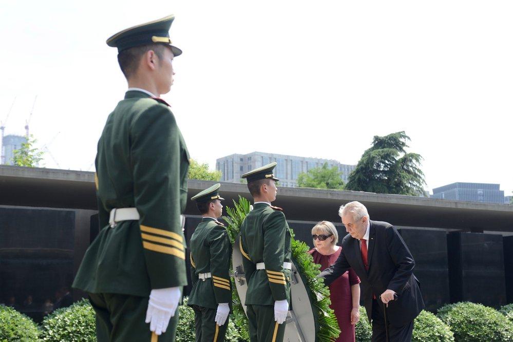 Prezident Miloš Zeman s manželkou Ivanou uctili v čínském Nankingu oběti masakru