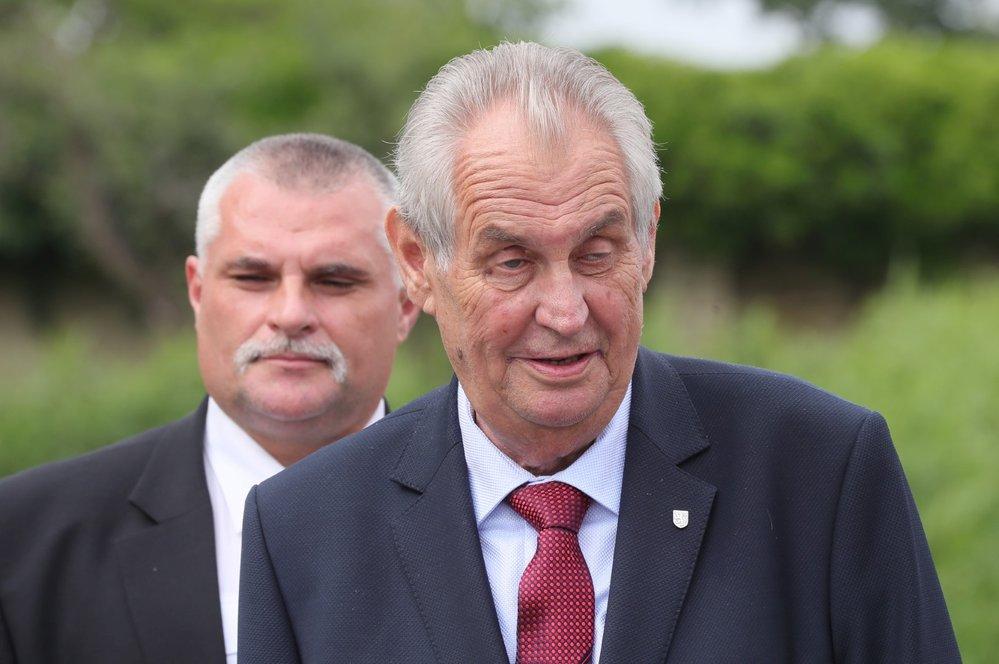 Miloš Zeman svolal mimořádný brífink, aby spálil červené trenky, které v roce 2015 skupina Ztohoven vyvěsila v roce 2015 nad Pražským hradem místo prezidentské standarty