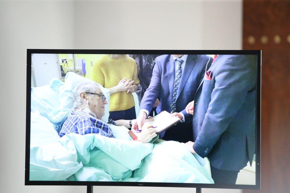 Prezident Zeman v nemocnici podepisuje rozhodnutí o svolání schůze Poslanecké sněmovny (21. 10. 2021)