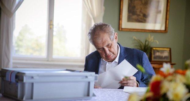 Prezident Miloš Zeman odvolil ve sněmovních volbách do přenosné urny na zámku v Lánech (8. 10. 2021)