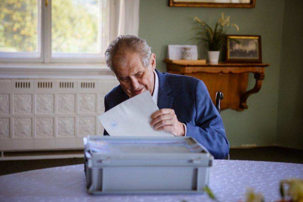 Prezident Miloš Zeman odvolil ve sněmovních volbách do přenosné urny na zámku v Lánech (8. 10. 2021).