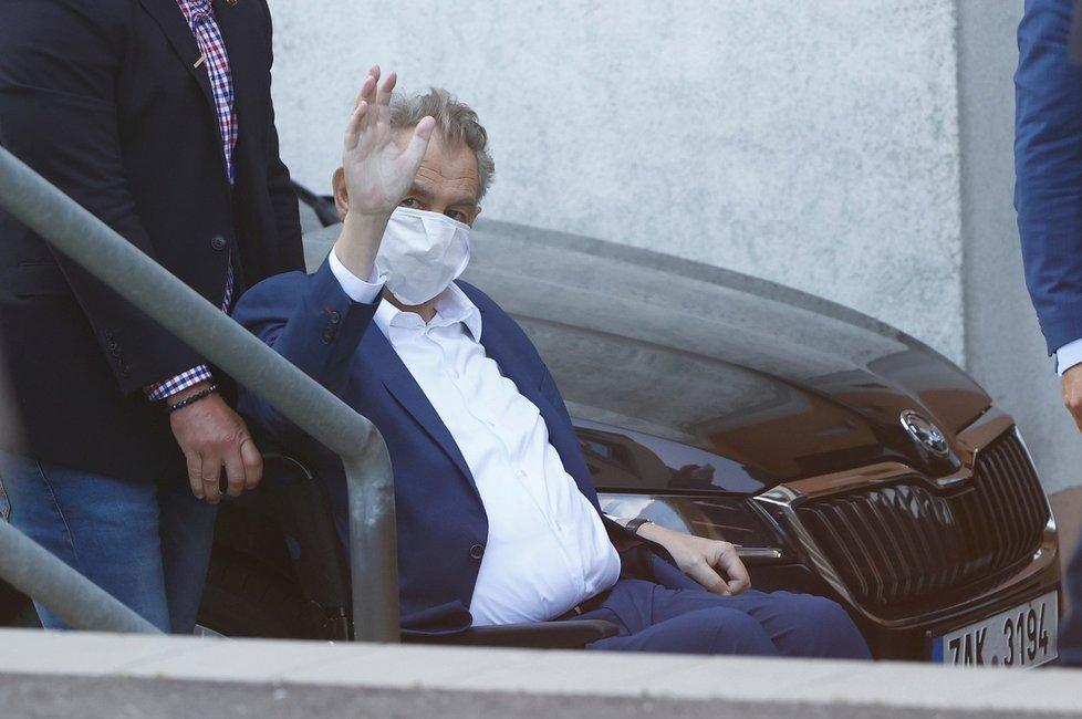 Prezident Miloš Zeman při příjezdu do Ústřední vojenské nemocnice v Praze (14. 9. 2021)