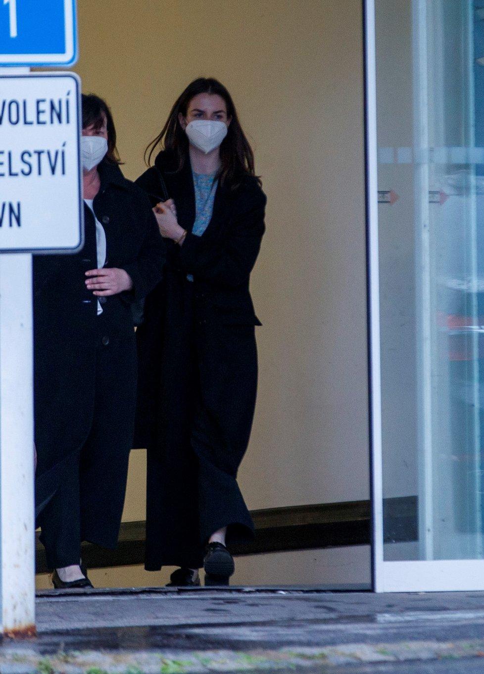 Prezidenta Miloše Zemana v Ústřední vojenské nemocnici navštívily manželka Ivana s dcerou Kateřinou (12. 10. 2021)