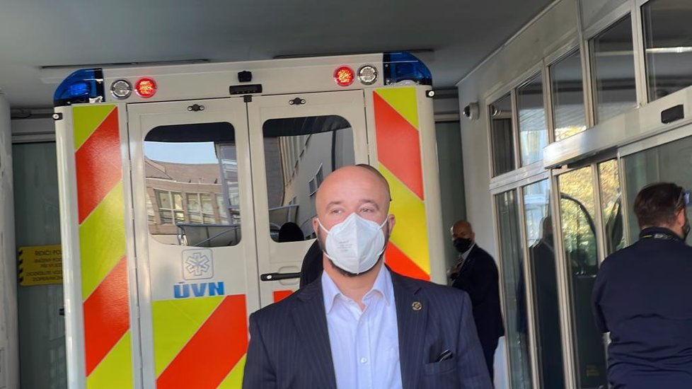 Příjezd sanitky s prezidentem Zemanem do Ústřední vojenské nemocnice.