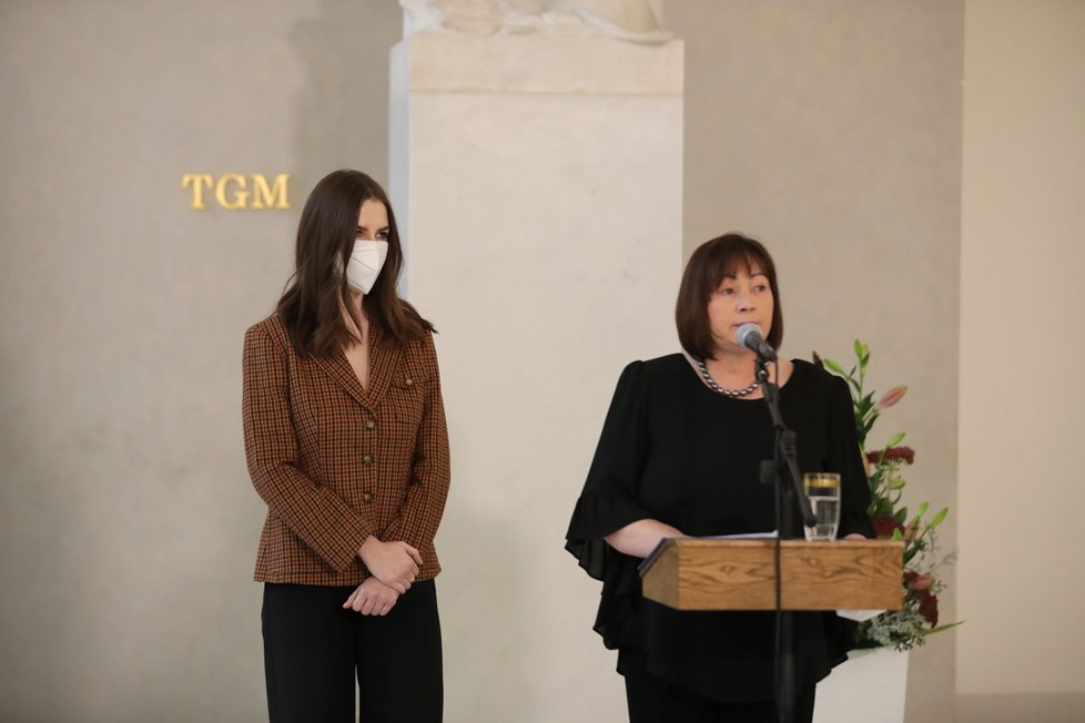 Manželka prezidenta Ivana Zemanová s dcerou Kateřinou na tiskové konferenci ke zdravotnímu stavu prezidenta Miloše Zemana (14.10.2021)