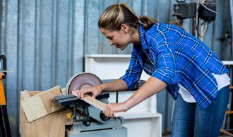 Rozdíl mezi platy žen a mužů se zužuje. Nezaměstnaných žen ale přibývá