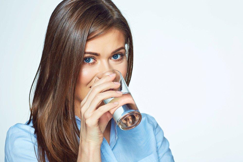 Vypadat lépe: voda je důležitá pro pokožku. Je to stejné jako u rostlin, když je nezaléváte, vadnou. Voda pokožku zvlhčuje, dělá ji hladkou, pružnou a zářící, bez vrásek.