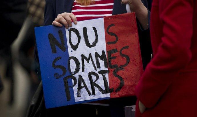 Žena vyjadřuje solidaritu s obyvateli Paříže, nápisem odkazuje i k heslu Je suis Charlie