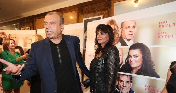 Premiéra filmu Ženská pomsta: Petr Rychlý s manželkou Janou