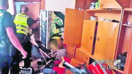 Strážníky přivítal v bytě nepořádek.