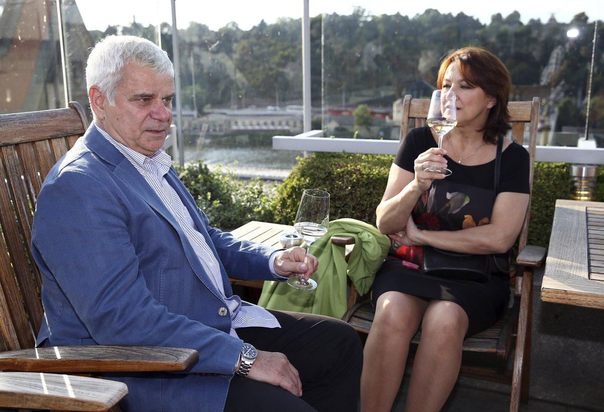 Roční výročí manželé zapili bílým vínem.
