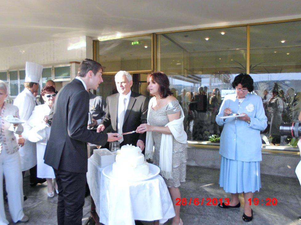 Štěpánek a Adamovská se vzali na střeše hotelu.