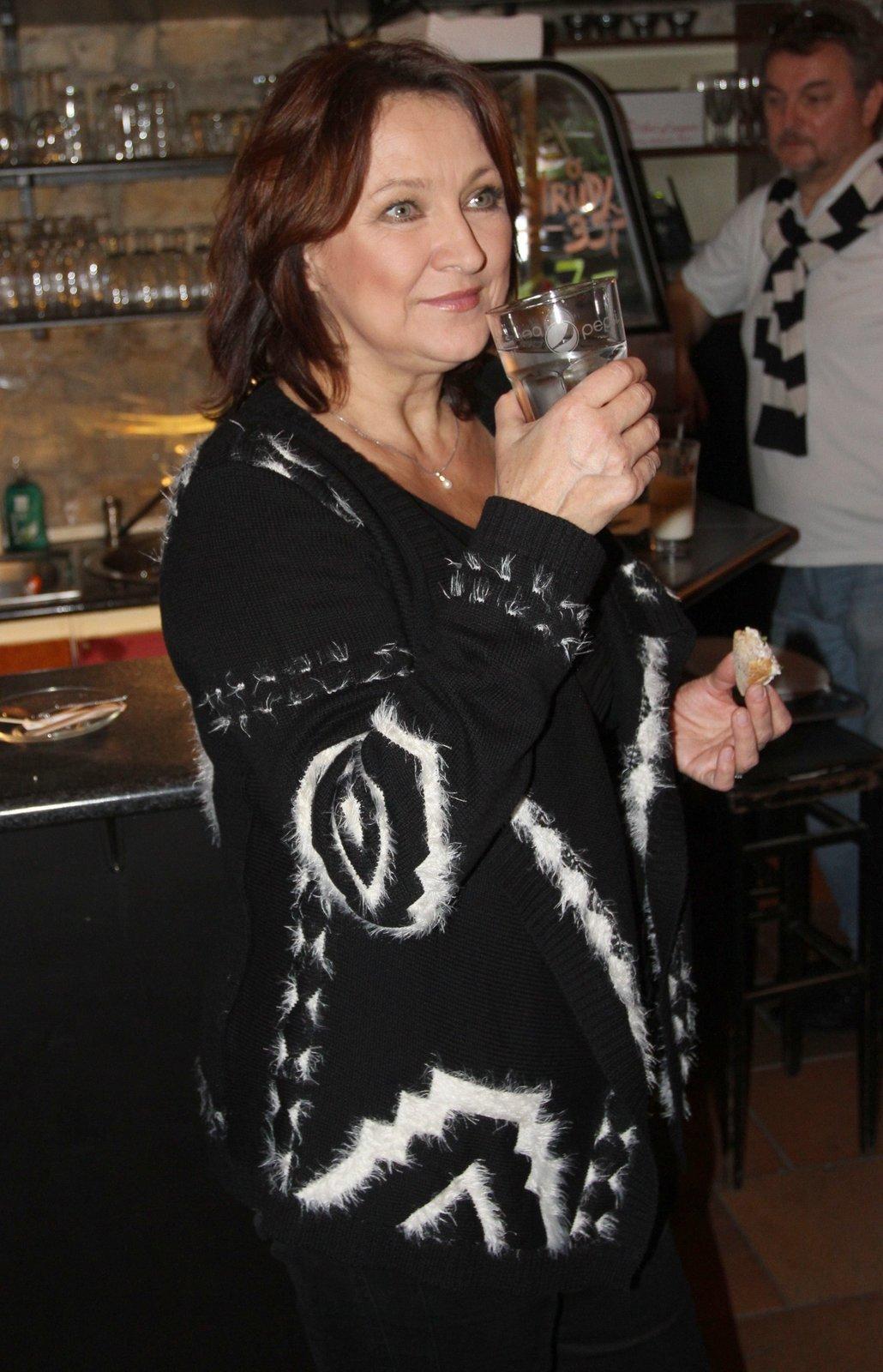 Zlata Adamovská si ráda dá sklenku vína.