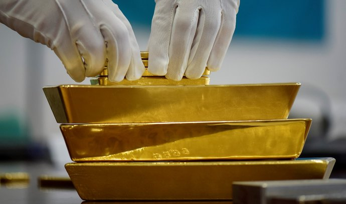 Nejistota na trzích láká investory k bezpečným investicím jako  je zlato.