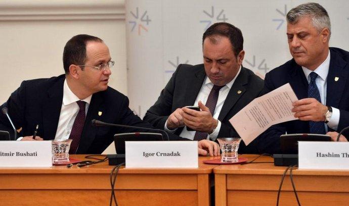 Zleva albánský ministr Ditmir Bushati, chorvatský ministr Igor Crnadak a kosovský ministr Hashim Thaci při podpisu dohody o západobalkánském fondu