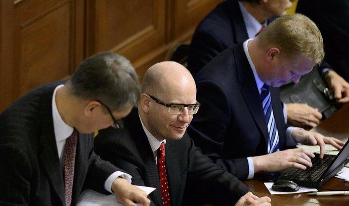 Zleva ministr financí Andrej Babiš, premiér Bohuslav Sobotka, vicepremiér Pavel Bělobrádek a ministr obrany Martin Stropnický na schůzi Sněmovny, která pokračovala 22. prosince v Praze