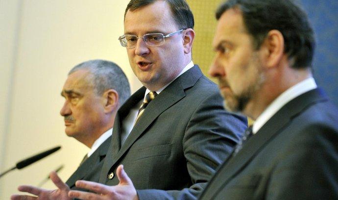 Zleva ministr zahraničí a předseda TOP 09 Karel Schwarzenberg, premiér a předseda ODS Petr Nečas a předseda Věcí veřejných Radek John.