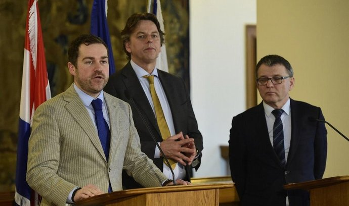 Zleva nizozemský ministr pro migraci Klaas Dijkhoff, nizozemský ministr zahraničních věcí Bert Koenders a jeho český protějšek Lubomír Zaorálek