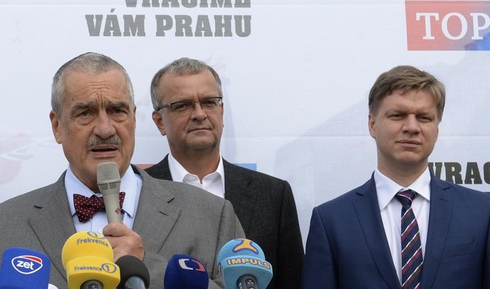 Zleva předseda TOP 09 Karel Schwarzenberg, místopředseda strany Miroslav Kalousek a pražský primátor Tomáš Hudeček.