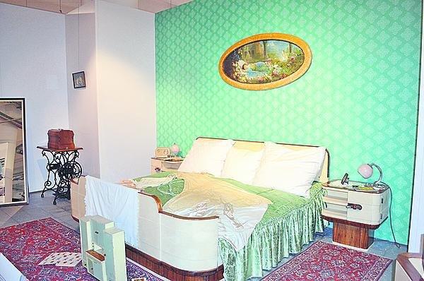Tento nábytek do ložnice byl vyroben na zakázku pro Marii Novosadovou, dceru majitele zlínského oděvního závodu Novosad. A to u příležitosti její svatby v roce 1934.