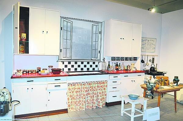 Nadčasová kuchyně z roku 1936 byla vyrobena na míru pro domek architekta Vladimíra Karfíka. Muzeum tento poklad získalo roku 2009.