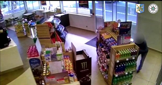 Drzého zloděje zpacifikovali na benzince v Ostravě zákazníci.