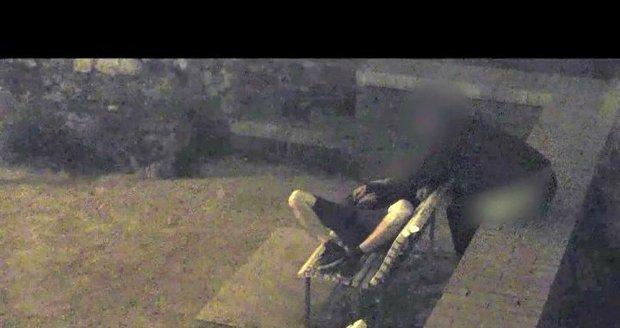 """Spáče opatrně prohmatával, aby jej nevzbudil. Celé """"představené"""" přitom sledovali strážníci na bezpečnostní kameře."""