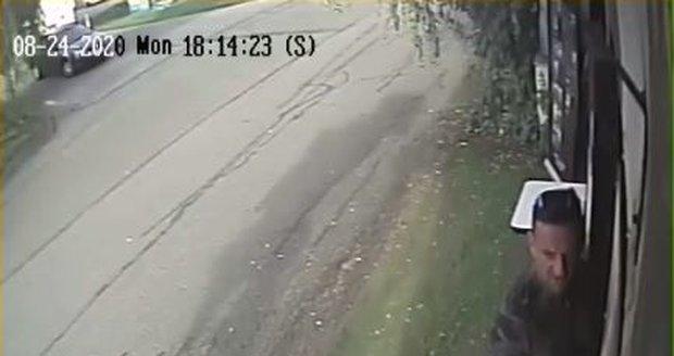 Po tomto muži pátrají brněnští kriminalisté. Na Brněnské přehradě ukradl platební terminál, nechal se však natočit bezpečnostní kamerou.