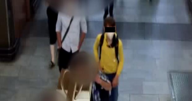 Muž se v metru pokusil znásilnit dívku. (6. září 2021)
