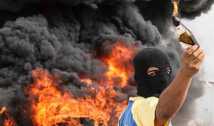 Zrušte formuli. Do ulic hlavního města Manámy a přilehlých vesnic se vydaly o víkendu protestovat tisíce lidí. Nespokojenci stavěli barikády a zapalovali pneumatiky. Žádali i zrušení formule 1
