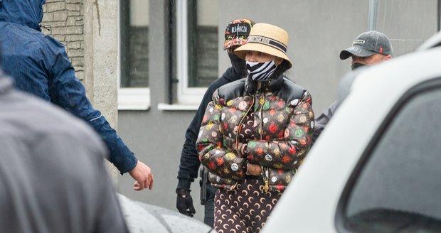 Zuzanu Plačkovou odvádí policie v poutech.