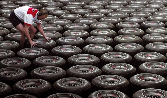 zvýšená cena kaučuku prodraží pneumatiky – jistě i závodní
