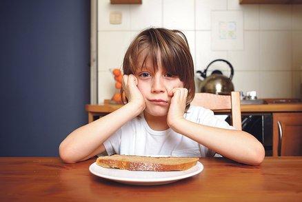 8 nebezpečných mýtů o dětském jídle, kvůli kterým naše děti tloustnou