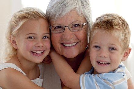 10 vět, které říkají prarodiče našim dětem, a my je za to nesnášíme