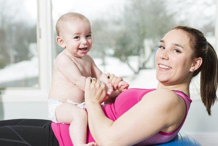 Tuhle matku od cvičení neodradilo ani dítě: Naopak, předvádí neuvěřitelné kousky