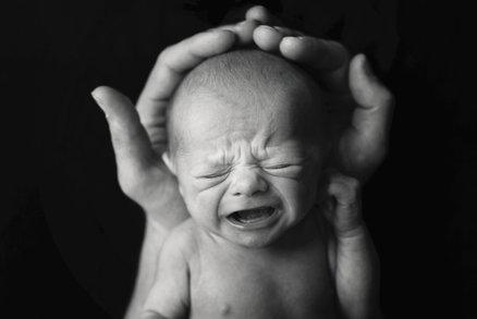 Novorozenecká kolika: Jaké jsou příznaky a co na ni zabírá?