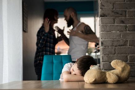 Takhle moc ubližuje dětem, když matky zůstávají s tyranem: 5 věcí, které možná nevíte