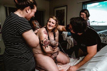 Bez příkras! Syrové fotky z porodního sálu jsou nabité emocemi