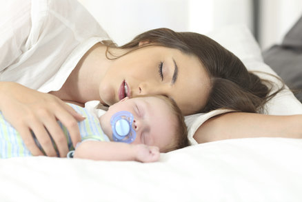 Vědci nám to spočítali! Rodičům malých dětí chybí spánek dlouhých šest let