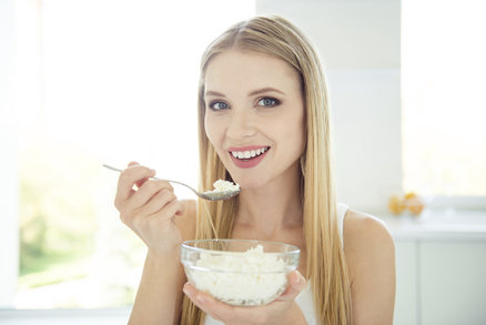 Chcete zhubnout? Jezte před spaním tvaroh! Studie dokazují, že zrychluje metabolismus