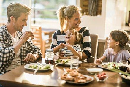 Proč trvat na rodinných večeřích? Utuží vztahy a děti se naučí jíst zdravěji!