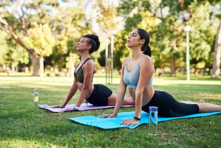 Využijte letních dní k praktikování jógy venku. Co musíte vědět, než začnete?