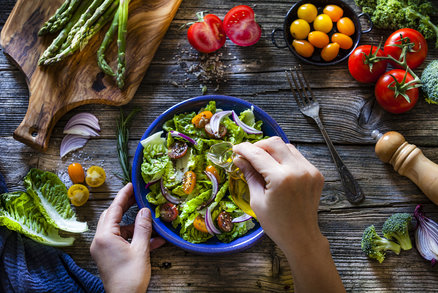 Zdravé zálivky na salát: Které si můžete dopřát i při dietě?